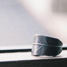 本物の葉から型をとって、指輪にしています。写真の指輪の幅はだいたい15mm。もう少し広く、狭く、などご希望あればお伝えください。葉がなくなる冬には作れません(...|ハンドメイド、手作り、手仕事品の通販・販売・購入ならCreema。