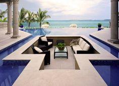 une belle piscine et de luxe à débordement