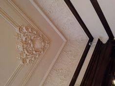 The gorgeous cream crown molding with corner ceiling applique in the Gallery C (bedchamber) at the American Swedish Institute