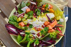 SALADE FOLLE AUX FRUITS EXOTIQUES ET LOTTE MARINÉE AU CURRY  Cette salade est une explosion de saveurs et de couleurs ! Ses parfums exotiques apporteront un peu de soleil au coeur de l'hiver.  La lotte peut être servie tiède, voire chaude selon votre envie.  Les fruits et légumes peuvent être modifiés selon votre panier : pommes, ananas, mangue, kiwi, … amusez-vous !
