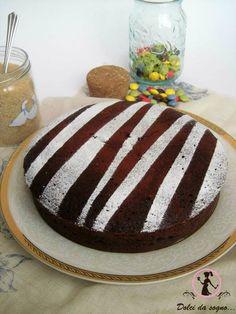 Una torta al cioccolato pronta in 15 minuti? Si è possibile se la cuociamo nel microonde! Questa torta cioccolatosa, è davvero soffice e buona, perfetta