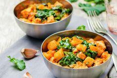 Szaftos csirkés, édesburgonyás egytál: bátran ehetsz belőle, nem hizlal - Recept   Femina Kale, Cantaloupe, Curry, Fruit, Healthy, Ethnic Recipes, Drinks, Food, Collard Greens