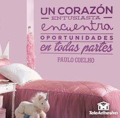 """Vinilo decorativo tipográfico sobre una frase motivadora de Paulo Coelho: """"Un Corazón entusiasta encuentra oportunidades en todas partes"""""""