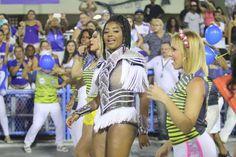 <p>Toda produzida, a funkeira Ludmilla, 21, estava um pouco mais comportada do que Juju durante o agito da escola de samba no Rio de Janeiro. Essa será a segunda vez que a cantora carioca vai desfilar no Carnaval. (Foto: Daniel Pinheiro/ AgNews) </p>