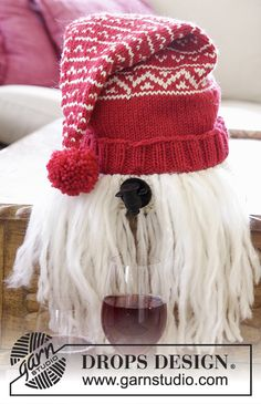 "The funniest gift idea for #xmas! A Knitted DROPS wine Santa in ""Nepal"" and beard in ""Eskimo"" - Free #knitting pattern by DROPS Design"