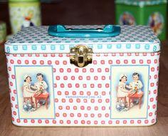 Koffertje van blik, met dokter/verpleegster van Froy & Dind, te koop bij ons.