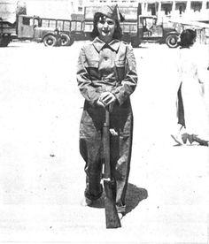 """Una miliciana muy joven en el frente de la guerra. """"Mundo Gráfico"""" 28 de Julio 1936."""