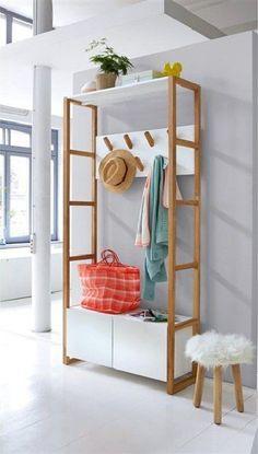 Dans l'entrée ou même dans une chambre, ce vestiaire est un véritable meuble de rangement multifonctions. Grâce à ses 7 patères il permet d'accrocher manteaux et autres vestes pendant que le petit meuble en bas stocke à l'abri des regards les chaussures de toute la famille. Ce vestiaire c'est donc la solution de rangement suprême !