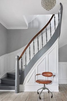 The grey border on the staircase creates a cohesive feeling. Painted Staircases, Painted Stairs, Staircase Runner, Hallway Flooring, Traditional Staircase, Beautiful Stairs, Stair Decor, Hallway Designs, Floating Stairs
