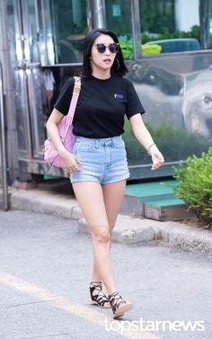Black Plain Tee with Maong Short Airport Fashion of Yoon Bora