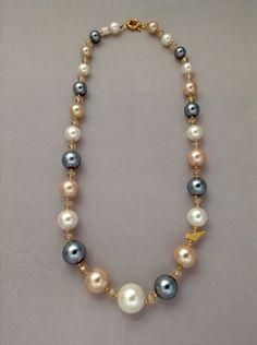 Collar de perlas de nácar con rondela. Broche marinero y dije en baño de oro de 24k.  Ref.p129. benditas_tentaciones@yahoo.com