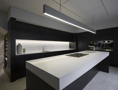 In this contemporary kitchen, design details are kept to a minimum. Everything is clean simple and purely functional.