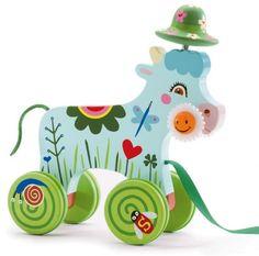 Pequeño Arrastre Smily;  Esta simpática vaquita de madera, llamada Smily, mide 18,5 x 20,5 x 8 cm, y es un juguete para que los más pequeños la saquen a pasear y se diviertan con su particular mascota. ¡Mueve el sombrero y la flor de la boca cuando la arrastran!... En http://www.opirata.com/pequeno-arrastre-smily-p-28553.html
