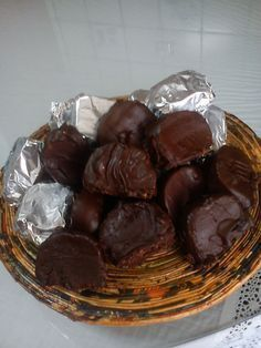 Τρίβουμε στο μούλτι τα μπισκότα να γίνουν σκόνη. Βάζουμε τη μαργαρίνη σε κατσαρόλα στη φωτιά, ρίχνουμε το γάλα όταν λιώσει και το βάζουμε στην άκρη να κρυώσει. Στο μπολ π... Greek Sweets, Greek Desserts, Party Desserts, Greek Recipes, Delicious Chocolate, Delicious Desserts, Greek Cake, Low Calorie Cake, Food Network Recipes