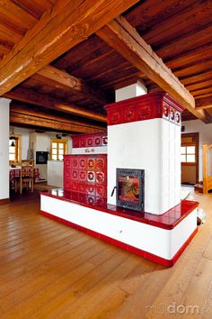 Pec tvorí základ vykurovania chalupy. Z praktických dôvodov je tu aj elektrické vykurovanie (keďže v dedine nie je plyn, iná možnosť nebola). Na prízemí je tepelné čerpadlo vzduch-vzduch, na poschodí podlahové a stenové vykurovanie (podlahové v kúpeľniach, stenové v izbách).