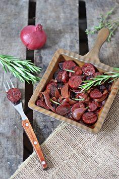 Chorizo in Rotwein darf bei einem gemütlichen spanischen Abend mit Tapas nicht fehlen. Schön scharf und pikant.