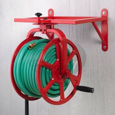 Add beautiful and functional storage for your garden hose to the side of the house, garage, or shed. aufrollen Liberty Garden Multi-Directional Garden Hose Reel in Fire Engine Red aufbewahrung