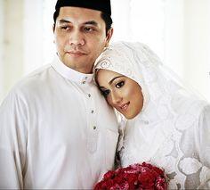 Los enlaces matrimoniales musulmanes, llamados nikah en árabe son breves en su rito tradicional, aunque actualmente se llega a celebrar por varios días. La boda se puede llevar a acabo en la casa de los novios o los más religiosos prefieren que sea en la mezquita. Su religión , el islam, autoriza a los hombres casarse con mujeres cristianas o judías pero las mujres no se les permite a menos que el prometido se convierta al islamismo. La poligamia está autorizada por el Corán.