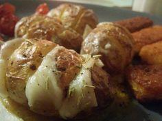 Kartoffeln einschnriden, mit cheddar füllen, ab in den ofen...passt zu allem...hier sind fischstäbchen aufgewertet :-)