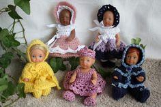 Hekleguri nr 2. Boka er utsolgt, men noen av oppskriftene ligger for salg enkeltvis her:www.hekleguri.no.   Om boken  Se flott bildepresentasjon:  Klikk her.    Boka inneholder hekleoppskrifter til baby opp til 3-4 mnd  og dukker fra 12 cm til over 60 cm.   I tillegg er det også model... Baby Born, Crochet Hats, Mini, Design, Fashion, Knitting Hats, Moda, Fashion Styles