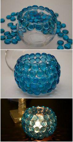 Gosta de decoração que você mesma pode fazer? Então aqui vai uma dica: um porta vela! Pode ser feito com um pote de vidro e pastilhas de vidro redondas coloridas!