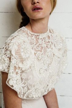 Una capelina bordada siempre es una buena opción para enriquecer vestidos sencillos. BOANDLUCA
