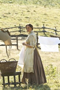 Prairie, apron, long skirt, laundry and willow basket. Sarah Parish, Wild West Costumes, Hatfields And Mccoys, Le Far West, Mode Vintage, Pioneer Woman, Mode Outfits, Westerns, Vintage Outfits