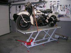 Elevador de motos casero - Fabricación - Harley Clasica Motorcycle Lift Table, Bike Lift, Motorcycle Workshop, Motorcycle Shop, Motorcycle Garage, Harley Store, Garage Hoist, 50cc Moped, Honda Bobber