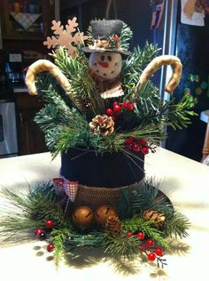 Creative Christmas Centerpieces Ideas That You Must See 50 Snowman Crafts, Christmas Projects, Holiday Crafts, Christmas Holidays, Christmas Wreaths, Christmas Ornaments, Snowman Hat, Diy Christmas Hats, Snowman Faces