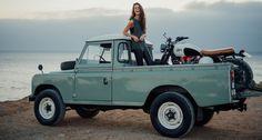 Attention, pas n'importe quel pick-up : un Land Rover Defender. Et pas n'importe quelle moto : un café racer customisé par Maria Riding Company. Et bien sûr, pas n'importe quelle « belle » : Caroli…
