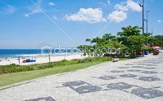 vista da praia da barra da tijuca com mosaico de calçada no rio de janeiro — Imagem Stock #22780778