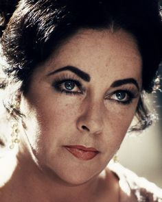 Photograph of Elizabeth Taylor in various sizes, also as poster, canvas or art-print Women With Freckles, Elizabeth Taylor Cleopatra, Freckle Face, Old Hollywood Stars, Marilyn Monroe Photos, Female Images, Classic Beauty, Hollywood Actresses, Movie Stars