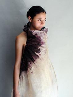 Robe de fibre d'abaca plissée  Teinte à la main en réserve à la cire  Aude Tahon 2011