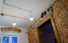 Regał na książki pod sufitem,półka na książki, industrialne wnętrze. Zobacz…