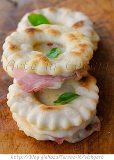 Ciambelle salate veloci farcite finger food congelabili vickyart arte in cucina Source by Jam Recipes, Gourmet Recipes, Italian Recipes, Cooking Recipes, Finger Food Appetizers, Appetizer Recipes, Happiness Recipe, Baked Fish, Sandwiches