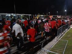 G1 testou: acesso à Arena PE é reprovado por torcedores Público relatou problemas para chegar e sair do estádio, no Grande Recife. Amistoso entre Náutico e Sporting (Portugal) marcou abertura do estádio. O acesso à Arena Pernambuco, em São Lourenço da Mata, Grande Recife, foi reprovado por torcedores ouvidos pelo G1. Eles foram assistir ao amistoso entre Náutico e Sporting (de Portugal), na noite de 23/05/2013 03h09 - Atualizado em 23/05/2013 03h31 (Leia [+] clicando na imagem)
