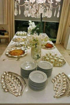 Spring style!! Buffet ideas for a party!! And look how the flatware/cutlery is arranged!