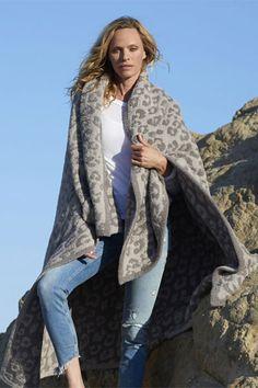 Barefoot Dreams In The Wild Warm Gray/Linen CozyChic Leopard Throw.The best Throw you will ever buy! Boho Fashion Winter, Black Blanket, Warm Grey, Gray, Barefoot Dreams, Khloe Kardashian, Zebra Print, Celebrities, Stuff To Buy