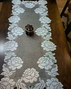 Conjunto Rosas - Table Runner W/O Center - Diy Crafts Crochet Dollies, Crochet Doily Patterns, Crochet Diagram, Crochet Art, Crochet Home, Thread Crochet, Lace Knitting, Easy Crochet, Crochet Stitches