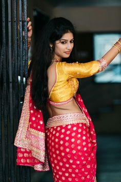 Exclusive stunning photos of beautiful Indian models and actresses in saree. Beautiful Girl Indian, Beautiful Saree, Beautiful Indian Actress, Beautiful Women, Beauty Full Girl, Beauty Women, South Indian Actress Hot, Saree Models, Indian Models