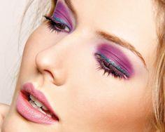 Veja quais produtos são necessários para fazer uma linda maquiagem colorida para o Carnaval.