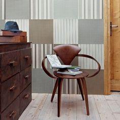 Un mur recouvert de carrés de papier peint / A wall with square wallpapers
