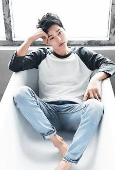 Descendants of the Sun, the Korean drama. Song Joong Ki as Yoo Shi Jin Song Hye Kyo as Kang Mo Yeon Jin Goo as Seo Dae Young Kim Ji Won as Yoon Myeong Joo My Gifs Korean Star, Korean Men, Asian Men, Song Joong, Song Hye Kyo, Asian Actors, Korean Actors, Soon Joong Ki, Park Bogum