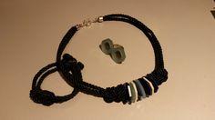 Cordon trenzado negro, piezas de metacrilato de colores y cierre de plata