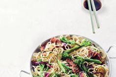Geroerbakte biefstuk met bimi en noedels http://www.ah.nl/allerhande/recept/R-R621112/geroerbakte-biefstuk-met-bimi-en-noedels
