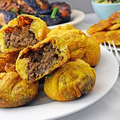 Jamaican Beef Patties - Host The Toast - Now, doesn't that look delicious? Jamaican Dishes, Jamaican Recipes, Beef Recipes, Cooking Recipes, Jamaican Appetizers, Jamaican Cuisine, Recipies, Jamaican Beef Patties, Gula
