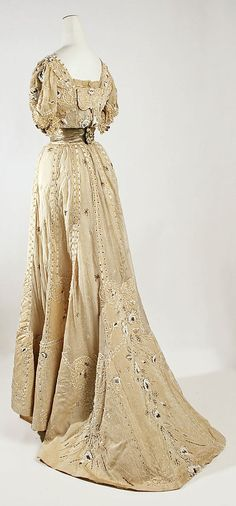 A back view of the 1905 gown.  Very pretty!