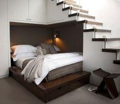 階段下のスペースをベッドに。頭を低くしてつかうので、確かに向いてます。