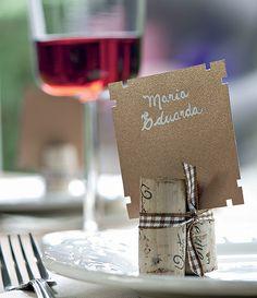 Duas rolhas e uma fita são suficientes para apoiar o cartão com o nome do convidado que chega para a festa e logo encontrar seu lugar à mesa marcado