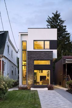 Construido por Green Dot Architects en Toronto, Canada con fecha 2013. Imagenes por Tom Arban . La casa de dos pisos, ladrillo y estuco, en East York, completamente transformada, se distingue de las casas vecinas,...